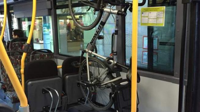 Solución para transportar una bicicleta en un autobús metropolitano