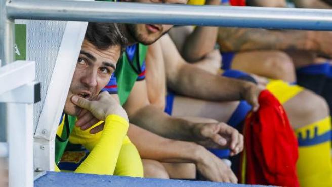 El portero de la selección española Iker Casillas (i).