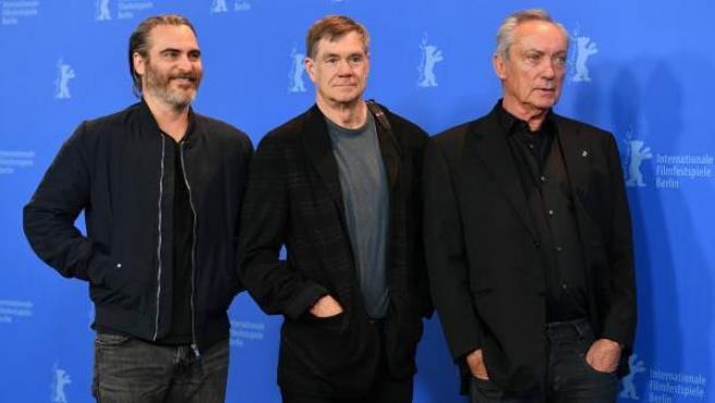 El actor estadounidense Joaquin Phoenix (i), el director estadounidense Gus Van Sant (en el centro) y el actor alemán Udo Kier (d) posan para el pase gráfico de la película 'Don't Worry, He Won't Get Far on Foot' durante la 68ª edición del Festival Internacional de Cine de Berlín (Alemania).
