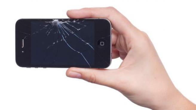 Imagen de un smartphone con el cristal de la pantalla roto.