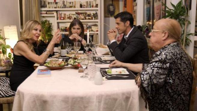 Ana Obregón (izda), Lucía Etxebarría, Víctor Janeiro y Rappel en 'Ven a cenar conmigo'.