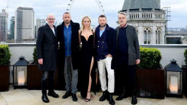 Jennifer Lawrence junto a sus compañeros de reparto de 'Gorrión Rojo'.