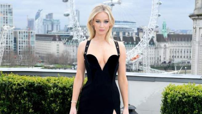 La actriz Jennifer Lawrence con un vestido negro durante la presentación de 'Gorrión rojo' en Londres.