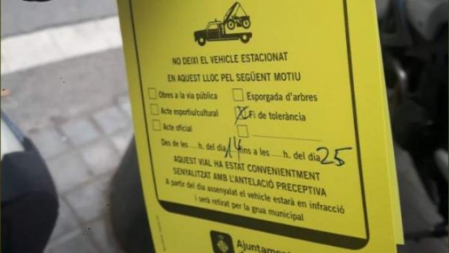 Los avisos que la Urbana cuelga de las motos mal aparcadas.