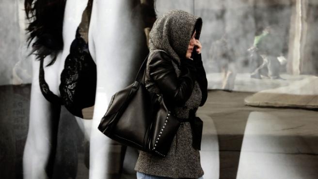 Una mujer se protege del frío en Pamplona.