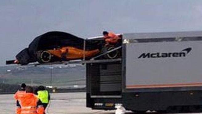 El nuevo McLaren MCL33, al descubierto por culpa del viento.