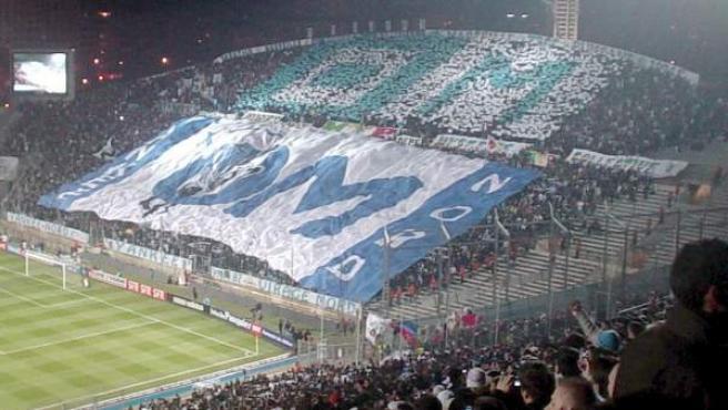 Imagen de un 'tifo' de los ultras del Olympique de Marsella que ven los partidos en el fondo norte del estadio Velodrome.