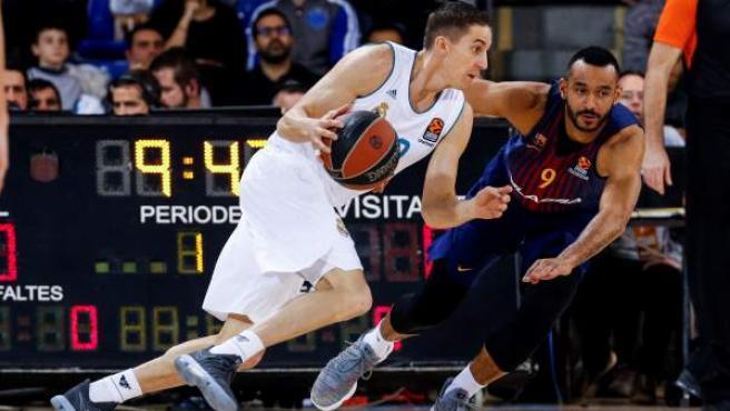 Jaycee Carroll trata de zafarse del acoso de Pressey en el Barça-Madrid de la Euroliga.