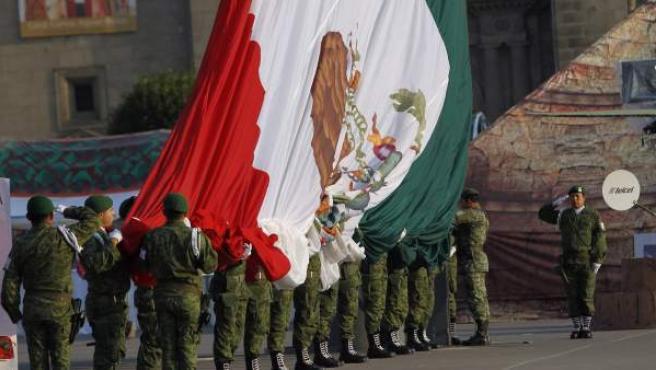 Militares participan en una ceremonia con motivo del Día Nacional de la Bandera mexicana, donde fue izada del revés.
