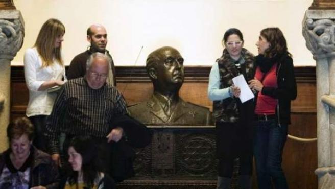 Visitantes en el interior del Pazo de Meirás, con un busto de Franco.