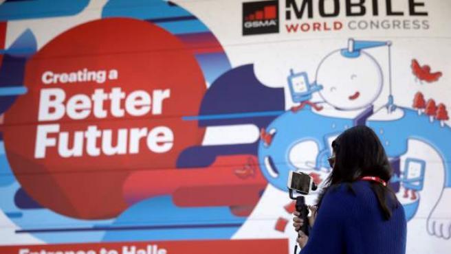 Una visitante hace una foto ante la entrada del Mobile World Congress (MWC) en Barcelona.