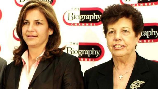 Arantxa Sánchez Vicario, en una imagen de archivo con sus padre (ya fallecido) y su madre, Marisa.