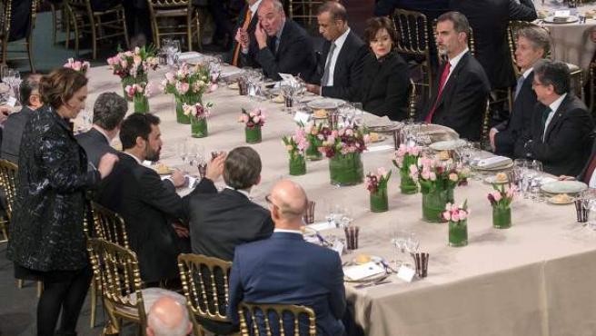 El rey Felipe VI preside la cena de bienvenida al Mobile World Congress a la que asisten el presidente del parlament, Roger Torrent, y la alcaldesa de Barcelona, Ada Colau.