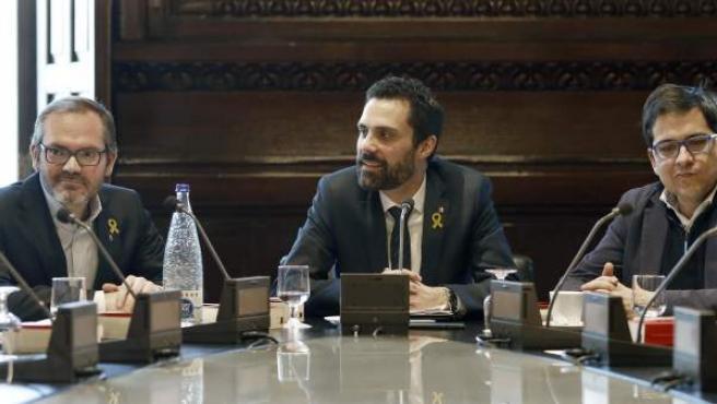 El presidente del Parlament, Roger Torrent, junto al vicepresidente primero, Josep Costa (i), de JxCat, y José María Espejo-Saavedra (d), de Ciutadans.