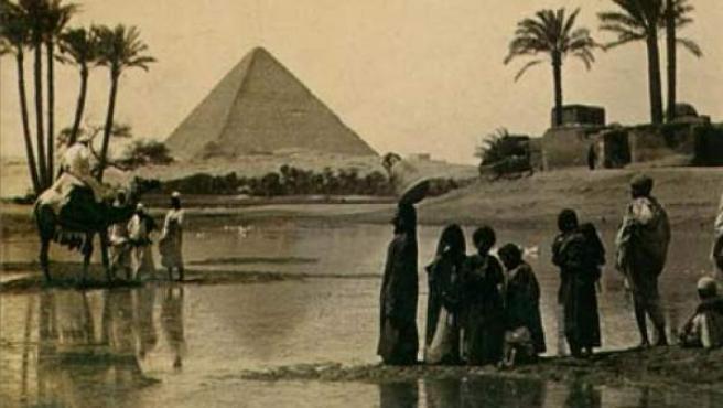 Una tarjeta postal del siglo XIX con la pirámide de Keops, o Gran Pirámide, al fondo, en Guiza, Egipto.