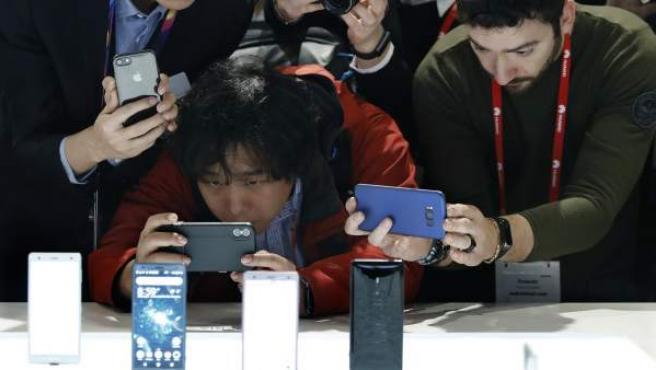Asistentes al MWC fotografían las novedades de la compañía japonesa Sony Mobile, presentados esta mañana dentro de la primera jornada del Mobile World Congress (MWC).