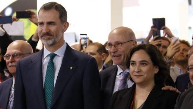 El Rey junto a la alcaldesa de Barcelona y a la vicepresidenta del Gobierno.