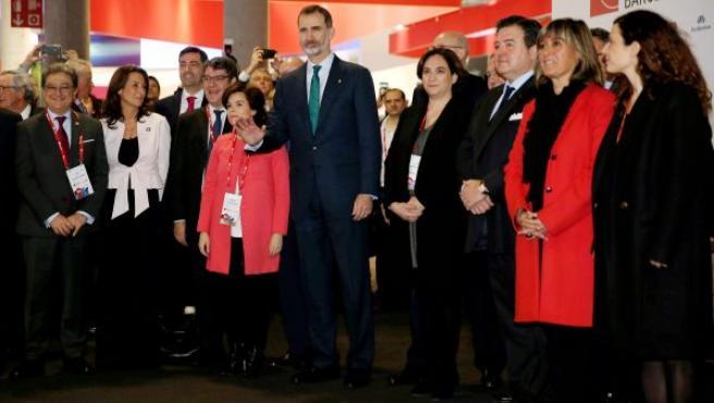 El rey Felipe VI (c), junto a otras personalidades como Soraya Saenz de Santamaría o Ada Colau, visita el Mobile World Congress 2018.