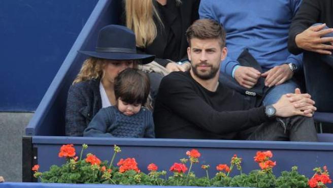 Gerard Piqué, Shakira y su hijo Milan en el palco del torneo de tenis Conde de Godó en 2015.