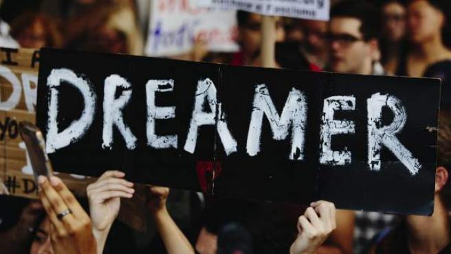 Varias personas se manifiestan junto a la Torre Trump, en Nueva York, tras el anuncio del fin del plan migratorio DACA.