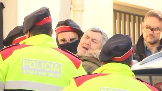 Jordi Magentí (c), el presunto asesino de Susqueda, llega custodiado por los Mossos a un registro en la casa de su tío, en Anglés (Girona).