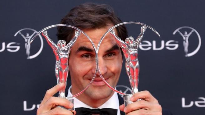 """El tenista suizo Roger Federer posa con los premios """"Deportista masculino del Año"""" y """"Mejor Reaparición Internacional del Año""""."""