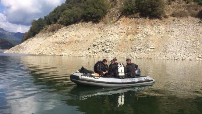 Los Mossos d'Esquadra en el pantano de Susqueda tras encontrar dos cuerpos.