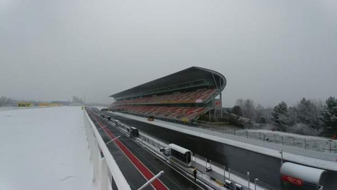 El circuito de Montmeló, cubierto por la nieve a primera hora de la mañana.