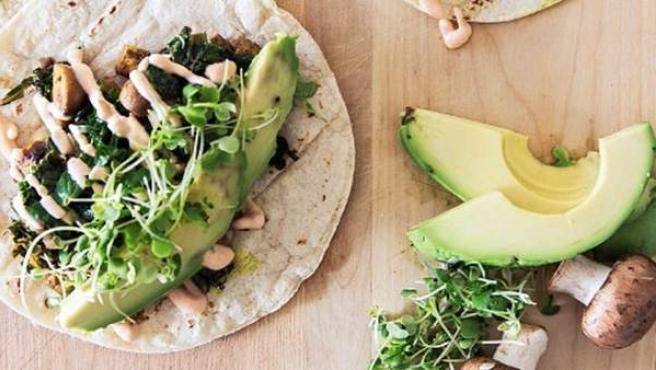 Tacos de aguacate con champiñones, brotes de soja y mayonesa vegana.
