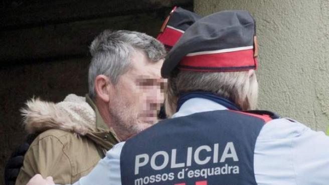 El presunto autor del doble homicidio de Susqueda, Jordi Magentí, acompañado de los Mossos d'Esquadra.