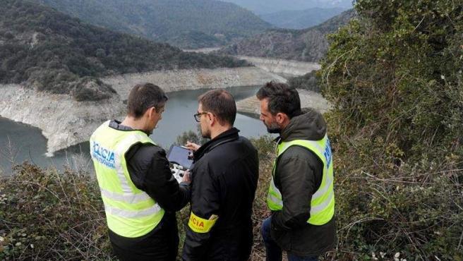 Mossos d'Esquadra, durante una reconstrucción del doble crimen del pantano de Susqueda (Girona) a la que fue conducido el presunto autor de los asesinatos, Jordi Magentí.