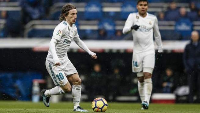 Luka Modric, controla la pelota en un partido del Real Madrid.
