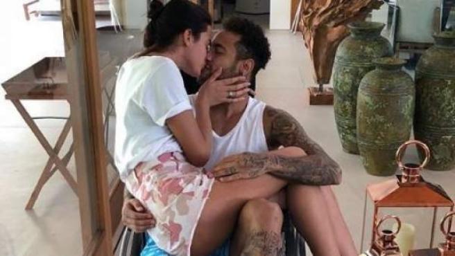 Neymar besa a su novia, Bruna Marquezine, durante la convalecencia de su lesión.