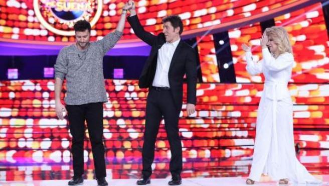 Momento en el que Manel Fuentes proclama a Miquel Fernández ganador del concurso 'Tu cara me suena'.