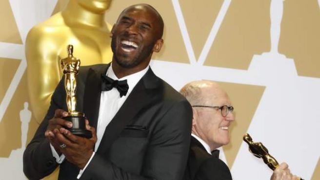 """Kobe Bryant y Glen Keane (R), ganadores del Óscar a mejor corto animado por """"'Dear Basketball""""' ."""