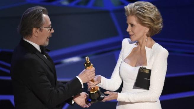 Gary Oldman recibe el Óscar al mejor actor de la mano de Jane Fonda, por su papel en El instante más oscuro.