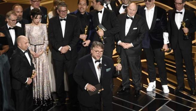 Guillermo del Toro celebra el Óscar a la mejor película por La forma del agua. El realizador mexicano también se llevó el galardón a mejor director.