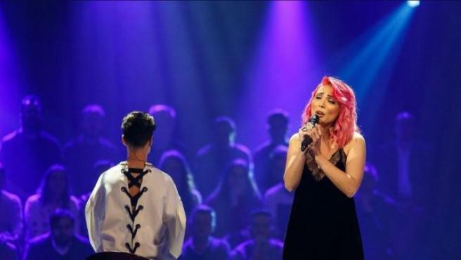 La cantante lusa Cláudia Pascoal interpretando su tema para Eurovisión 2018