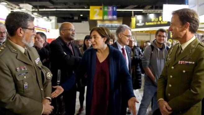 La alcaldesa de Barcelona, Ada Colau, habla con los militares del 'stand' del Ejército en el Salón de la Enseñanza de la Feria de la Ciudad Condal.