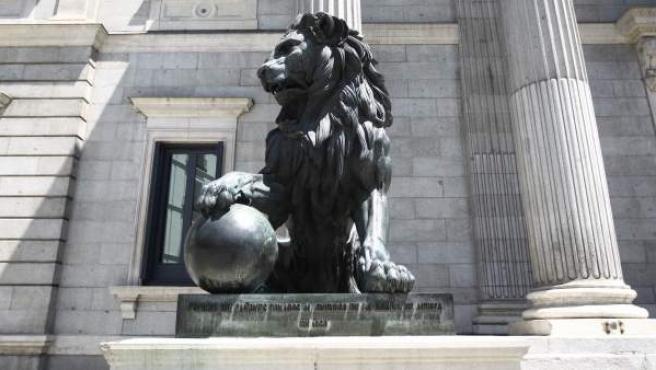 Uno de los leones del Congreso de los Diputados.