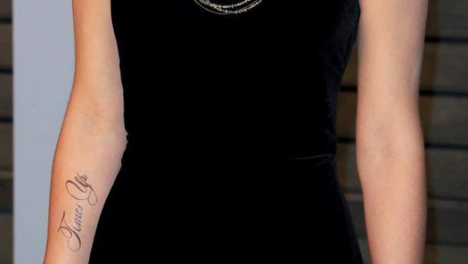 La actriz británica Emma Watson posa a su llegada a la fiesta que organiza la revista Vanity Fair, tras la gala de los Óscar 2018, con un tatuaje en su brazo en apoyo al movimiento Time's Up.