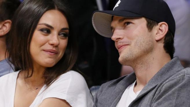 Ashton Kutcher y Mila Kunis en febrero de 2013.