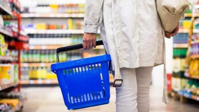 Una persona hace la compra en el supermercado.