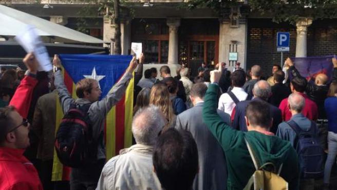 Concentración frente a la Consellería de Economía de Cataluña tras el registro en relación al 1-O.