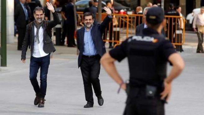 Los presidentes de la Asamblea Nacional Catalana, Jordi Sànchez (dcha.), y de Òmnium Cultural, Jordi Cuixart, a su llegada a la Audiencia Nacional para declarar ante la juez Carmen Lamela como imputados por un delito de sedición.