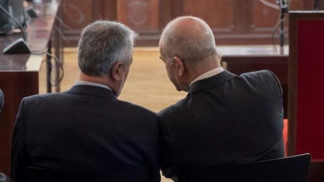 Los expresidentes Chaves y Griñán conversan durante la primera sesión del juicio de los ERE.