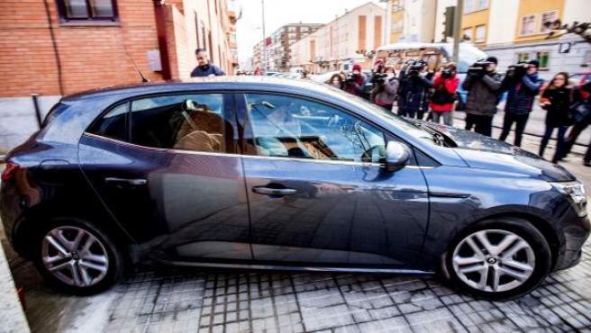 Un vehículo abandona el juzgado de Aranda de Duero tras el juicio de los exfutbolistas de la Arandina.