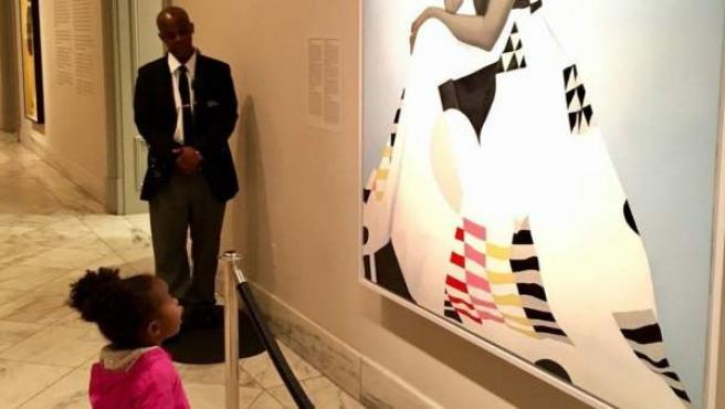 Parker Curry, una niña de dos años, contempla el retrato de la ex primera dama estadounidense Michelle Obama, en la Galería Nacional de Retratos del Smithsonian, en Washington DC (EE UU).