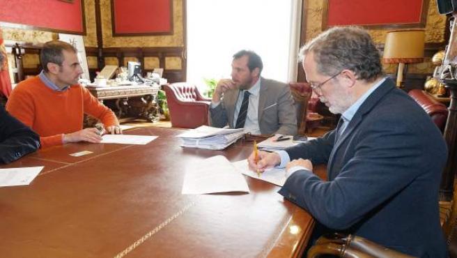 El concejal Manuel Saravia firma el contrato, en presencia de Óscar Puente