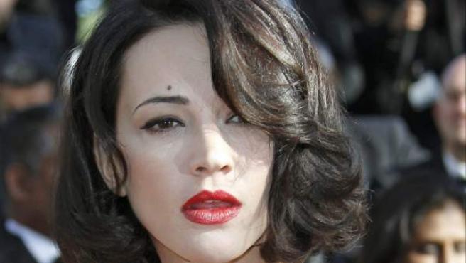 La actriz italiana Asia Argento realiza un corte de mangas a su llegada al pase de 'Zulu' en Cannes.